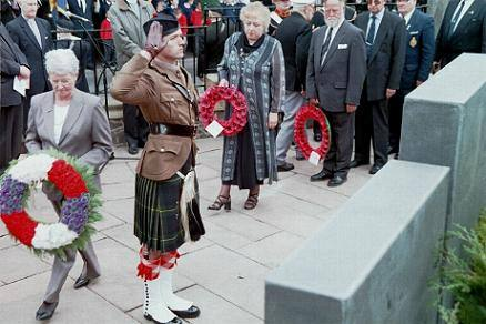 Capt. McMaster 1 Highlanders lays his wreath